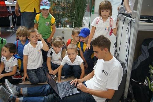 Johny teaching children How to program robots at Researchers´ Night