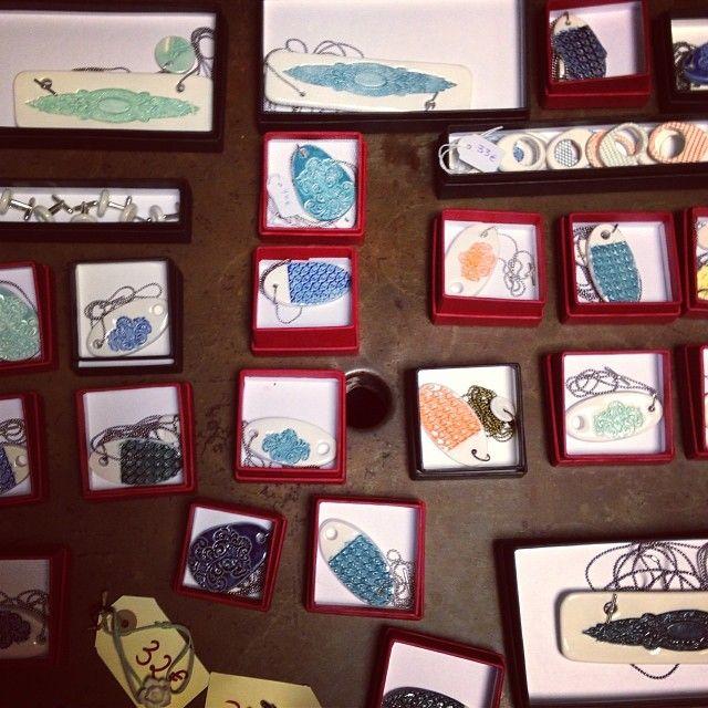 Entre todas las cositas que se podían encontrar en nuestro ricón de #letstock estaban estos #colgantes y #pulseras de #porcelana elaborados por Isabel Alonso. #Navidad #Navidades #madrid #compras