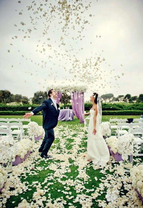 """Płatki kwiatów na ślubie. Czy zastanawialiście się kiedyś skąd się wzięło powiedzenie: """"stać na ślubnym kobiercu""""? Otóż dawnym zwyczajem, młoda para do ołtarza podążała po ozdobnym, tkanym specjalnie na tę okazję dywanem, który nosił nazwę kobierca. W dzisiejszych czasach w wielu kościołach jest w zwyczaju rozwijanie dywanu, po którym młodzi idą do ołtarza, jednak wraz z biegiem lat narzeczeni poszukują nowych inspiracji. I tak coraz częściej na ślubach spotkać możemy dywany ale… kwiatowe."""