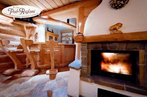 Sala kominkowa - stylizowana na góralską izbę, wyposażona w stoły i ławy, kominek, nagłośnienie muzyczne i TV. Jest to idealne miejsce na zorganizowanie wieczoru w gronie rodziny czy przyjaciół.   http://www.podreglami.pl/atrakcje/bilard-i-sala-kominkowa.html