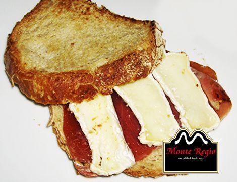 Sandwich ibérico con jamón #MonteRegio y queso brie ¿Os apuntáis? :)