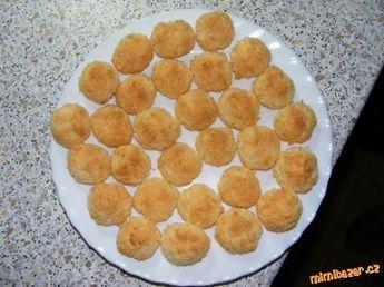 Nejjednodušší KOKOSKY na světě, jiné už dělat nebudete 200g kokosu, 150g moučkového cukru, 2 vejce POSTUP PŘÍPRAVY V míse vše holýma rukama smícháme, tvarujeme kuličky a poté je na plechu vyloženém pečícím papírem při 180 stupních pečeme dozlatova. Cukroví máte hotové během půl hodinky :-) Nenabydou, neroztečou se, takže je nemusíte dávat daleko od sebe.