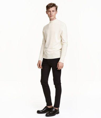Ett par 5-ficksjeans i stretchig, tvättad twill. Jeansen har extra smala ben och normalhög midja. Gylf med dragkedja.