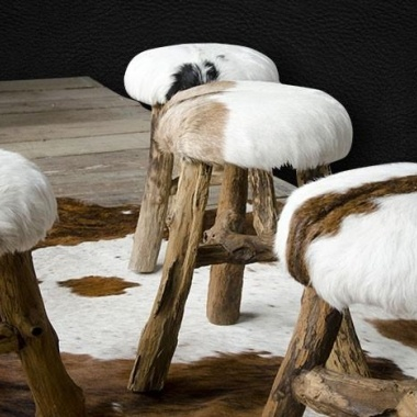 Taburetes con patas de troncos y asiento de piel