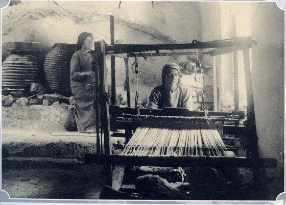 Κοπέλα στον αργαλειό και η μάνα της ετοιμάζει το στημόνι.Μάνη εποχής του ΄30 με ΄50, με φωτογραφίες ρετρό!! - Όμορφη Μάνη