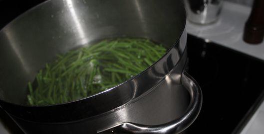Recette haricots verts frais assaisonnés tout simplement avec de l'ail émincé et du beurre. Je suis intransigeant pour la cuisson des haricots verts...