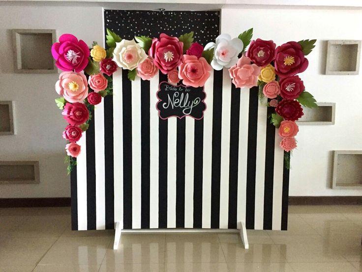 pared para selfies con flores grandes de papel