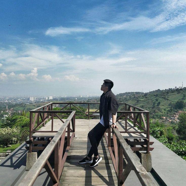 Mengusung 3 konsep, Lawangwangi Creative Space hadir sebagai Art Gallery, Desain Space dan juga Cafe dengan background suasana pegunungan khas Bandung.[Photo by instagram.com/gouwmartinus]