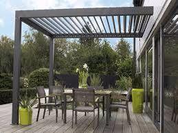 Terraza con pergola metálica moderna en color gris. Ideal para pequeños espacios exteriores y disfrutar al aire libre.