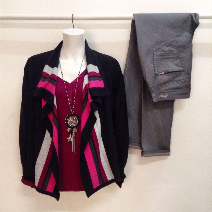 Gilet à rayures,avec pull uni,et pantalon 5 poches