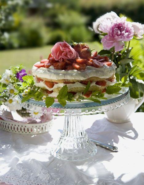 Der findes rigtig mange dessertopskrifter med danskernes yndlingsbær: Jordbærret. Her har vi samlet de 5 bedste opskrifter fra vores arkiver, så nu kan sommeren godt komme an.