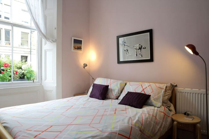 Appartement à Édimbourg, Royaume-Uni. Bright double room in the centre of Edinburgh. King-sized bed and private bathroom (with bath and shower). The room includes a fridge and a kettle with complimentary tea and coffee!  A bright and spacious en suite double bedroom, with king sized b...