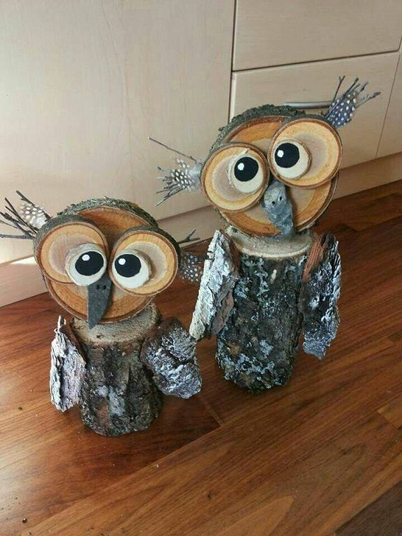 I found this on Pinterest and they were credited to Holzeulen (couldn't find the exact owl, darn!) Looks like you need one thick log, and 5 wood slices of different sizes. Paint the smaller ones white and add black to make pupils. Glue small twigs behind the eyes and add some dotted feathers. Use bark for …
