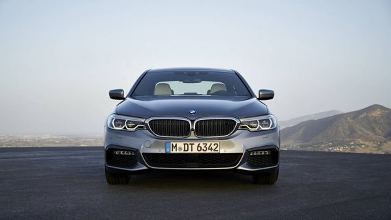 Седан BMW 5-серии 2017 / БМВ 5-серии 2017 – вид спереди