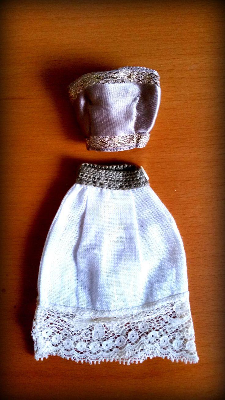 Completo Barbie estivo elegante toni beige. Corpetto color tortora in raso e oro e gonna in lino con decorazione in pizzo, cucito a mano. di DrittoRovescio su Etsy