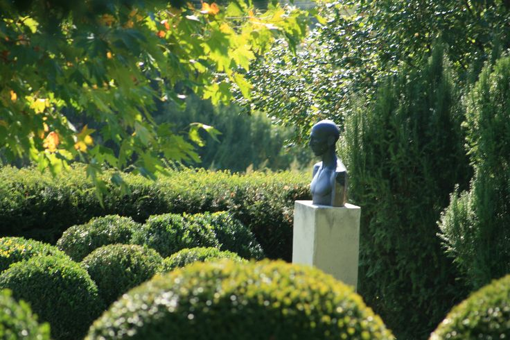 Simplycity and elegance in garden with plants and art. Designed in co-operation with the owner. Sculptures are made by the owner and her protegees. Constructed by Magnolia Art Kertépítő Kft.
