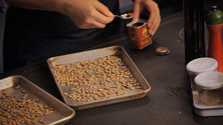 De snack pittige pitten komt uit het programma Koken met Van Boven. Lees hier het hele recept en maak zelf pittige pitten.