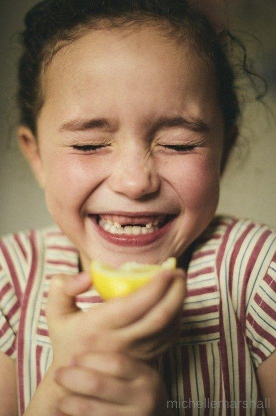 Alex qui aime croquer des citrons....et fait des drôle de grimace...