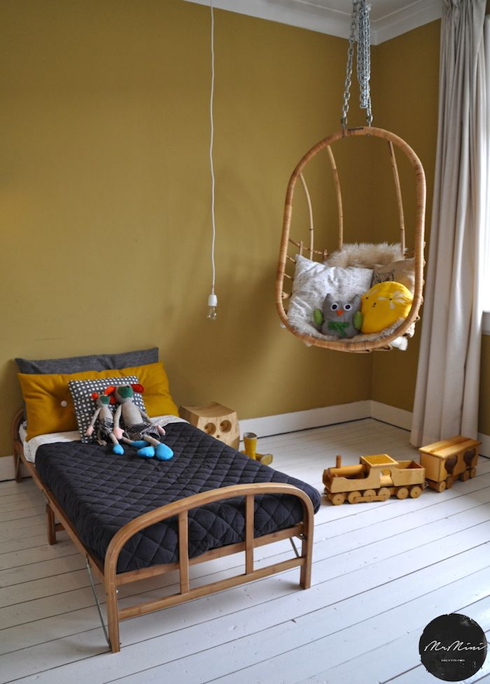 Cozy chair swing and simple bed. #estella #kids #decor AprilandMay MINI: MrMINI