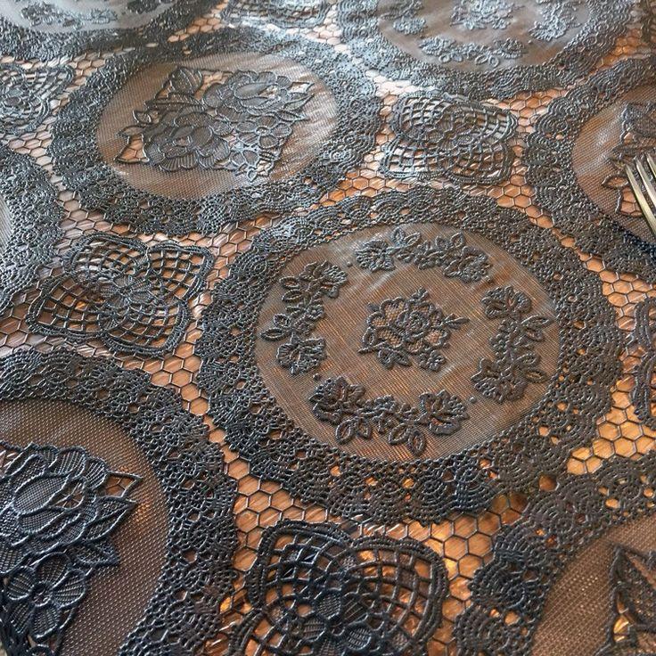 Tafelzeil Kant Cirkel Antraciet - Leuk kant tafelzeil van Kitsch Kitchen met cirkelpatroon versierd met rozen. Dit plastic kanten tafelkleed is van goede kwaliteit vinyl en is waterdicht. Kleur: Antraciet