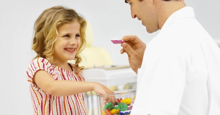 Como usar um sistema de recompensa de fichas com crianças. Um sistema de recompensa de fichas é uma forma fácil de reforço positivo que pode ajudar a melhorar o comportamento do seu filho. As crianças podem ganhar fichas por bom comportamento e gastá-las em recompensas.
