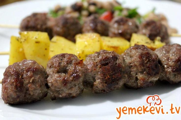 Çöp Şişte Köfte  #meatball #meatballs on skewers trash #practical meatballs #çöp şişte köfte #çocuklar için köfte #pratik köfte   www.yemekevi.tv  www.facebook.com/YemekeviTV  www.twitter.com/yemekevitv  www.instagram.com/fatosunyemekevi  www.youtube.com/user/fvayni