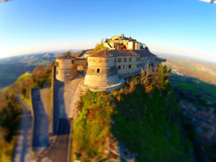 album photo drone ronnyraggini  #Castello due #torriana di #Scorticata. #Torriana #PoggioTorriana #Valmarecchia #rimini #emiliaromagna #italy. #vivorimini #igersrimini #igersemiliaromagna #igersitalia #turismoer #loves_italy #castle #towers #mistery #aerial #drone #uav #dji #djiphantom #djimoments #djicreator #instadrone #droneheroes by ronnyraggini  Fly Me.