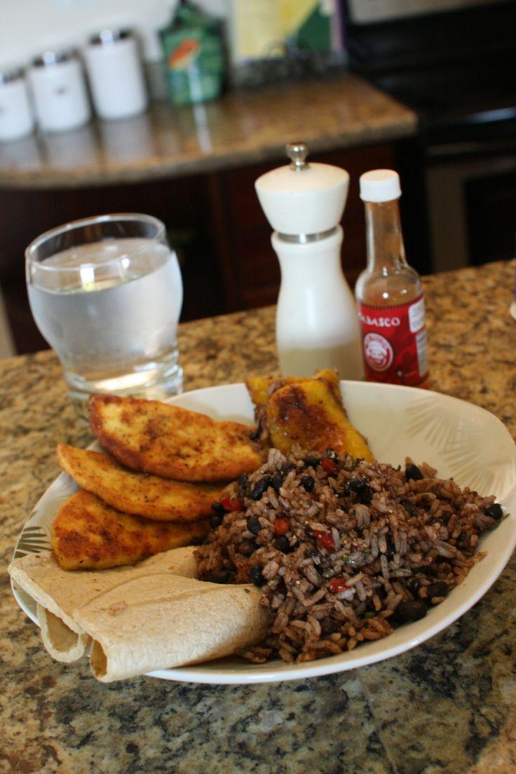 Il Gallo Pinto é la colazione tradizionale in Costarica. Di cosa si tratta? Riso, fagioli neri e salsa, l'avocado è opzionale. http://it.hostelbookers.com/colazioni-nel-mondo/