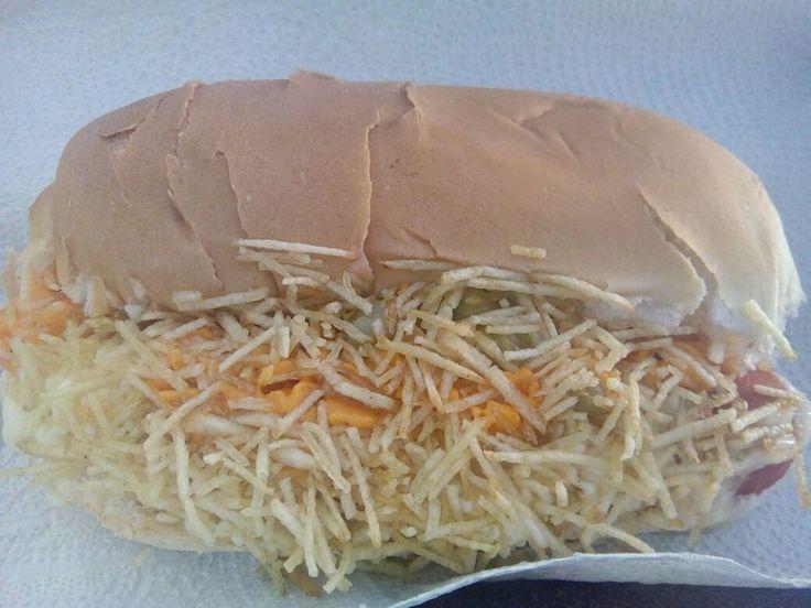Um lanche muito simples e que não tem nada de realmente diferente pros lanches de rua, talvez um pouco de conforto por estar num lugar fechado, o preço pode agradar por ser barato.  #almoco #comida #lanche #lanchonete #HotDog #CachorroQuente #salsicha #pao #pure #milho #ervilha #cheddar #catupiry #BatataPalha #XinGourmet #LanchonetePastelariaDasMeninas #food #lunch #batata #queijo  Hot Dog Especial - R$5 em Lanchonete e Pastelaria Das Meninas