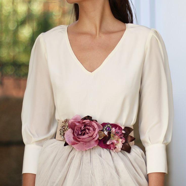 blusa de manga tres cuartos beige con escote en pico y puños para bodas y eventos