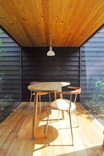 """正面に建築家と平野さんが""""社会の窓""""と呼ぶ小さな開口。外の社会とを繋げるこの窓はソファのスペースと畳の間にもある。"""