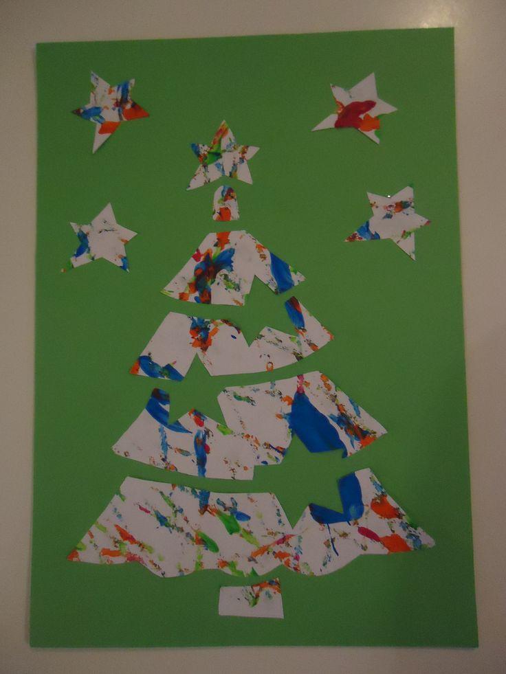Kerstboom. Leg een wit vel papier in een doos. Een paar druppels plakkaatverf erop en een grote kraal of knikker toevoegen. De doos alle kanten op bewegen: er ontstaat een mooi kunstwerk! Een mal van een kerstboom op de achterzijde tekenen en uitknippen. De boom op een gekleurd vel plakken.