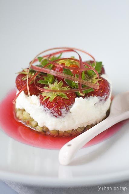 Gemarineerde rabarber met aardbeien, slagroom en rabarbercoulis