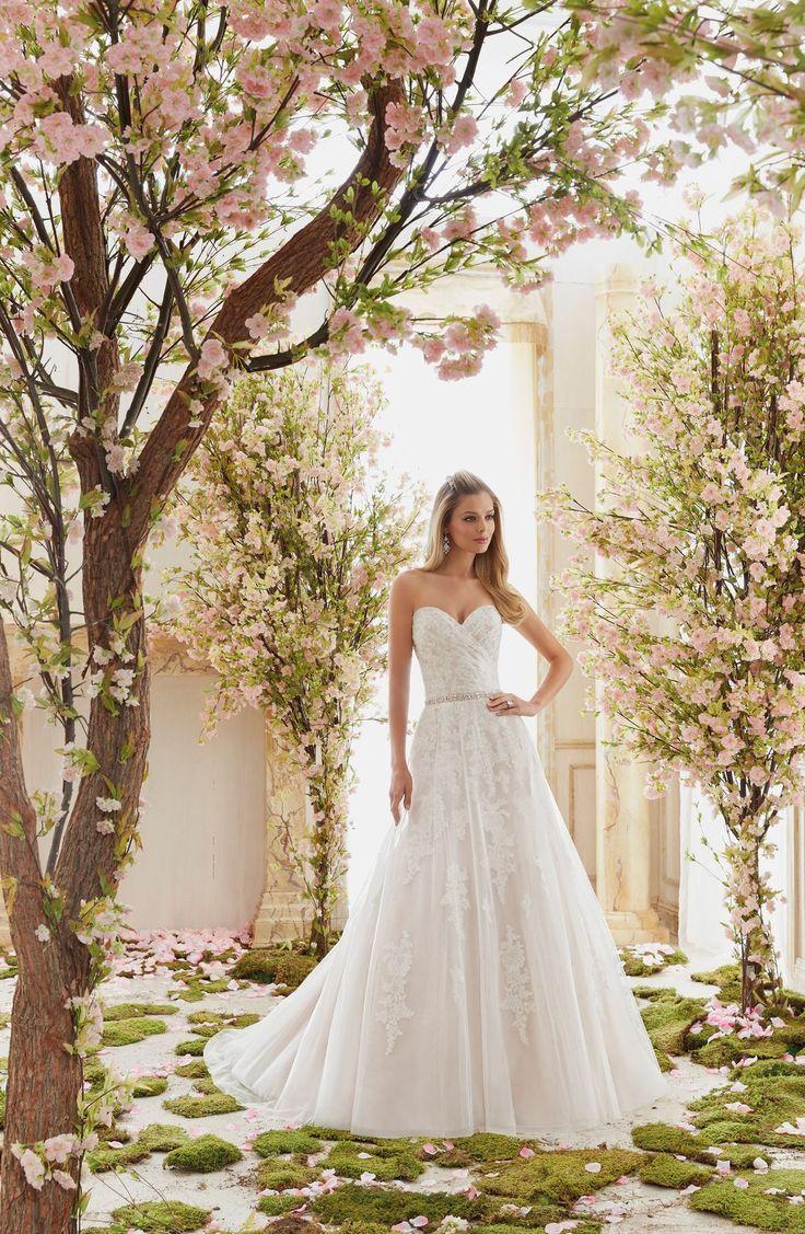 Romantyczna suknia ślubna Mori Lee z delikatnego tiulu, krój A. Dziewczęca, koronkowa suknia, z warstwą tiulu. Lejąca spódnica w kształcie …