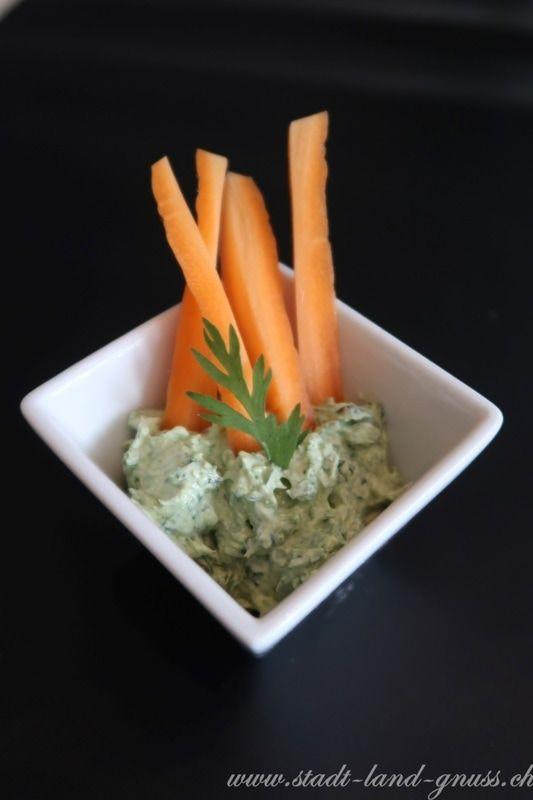 Rezept für ein Dip mit Karottengrün - Leaf to Root. Karottenkraut Frühlingsgemüse ist sehr geschmacksintensiv.