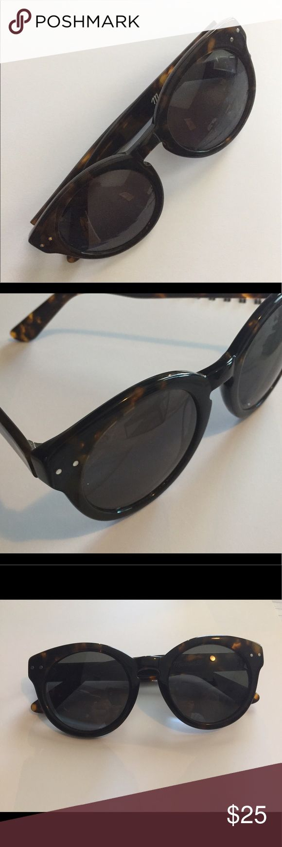 madewell tortoise sunglasses women's rounded tortoise sunglasses. slightly oversized. comes with fabric sunglasses bag. used but in good condition. Madewell Accessories Sunglasses