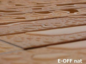 E-OFF hardhoutolie maakt het oppervlak waterafstotend zodat ook vuil aanhechting minder kans krijgt.