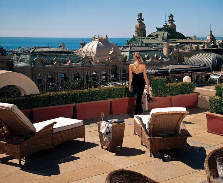<p>Un Casino Belle Époque, cuatro hoteles de cinco estrellas, jardines, tiendas de moda, joyerías exclusivas y una gran concentración de coches de lujo hacen del Círculo de Oro de Montecarlo el epicentro de millonarios y famosos. Es el distrito más conocido de Mónaco, pero en un breve paseo se puede recorrer todo el Principado.  </p>