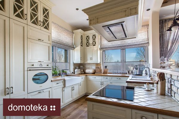 Elegancka kuchnia w stylu angielskim – prosta, a zarazem wytworna. Szczególną uwagę zwraca pięknie obudowany komin. Znajdziesz ją w salonie Arino House.