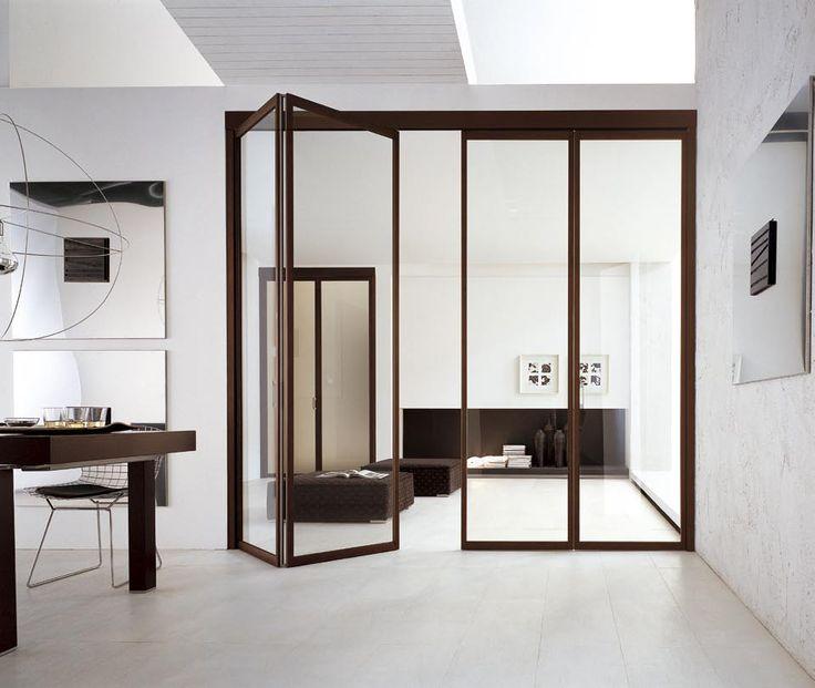 http://www.atresliving.it/porte-da-interni-a-milano/ Il telaio e la veletta di questa porta a soffietto sono in alluminio rivestito in wengè, mentre il vetro neutro ha tutta la sua splendida trasparenza.