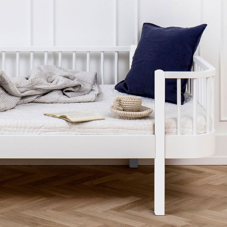 Wood, en rejäl dagbädd från danska Oliver Furniture för de lite  större barnen liksom även för vuxna. Den fungerar utmärkt både som soffa och säng och är vacker i vilket rum den än befinner sig - kök, vardagsrum, hall, barnrum, gästrum eller sovrum. Dagbädden är tillverkad i lackad massiv björk och MDF. Den finns i två varianter där en även har detaljer i massiv klarlackad ek. Madrass ingår ej.