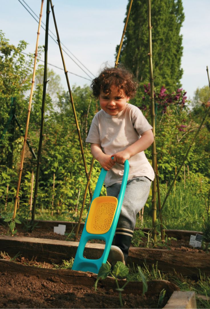 Quut Scoppi. Instant Super Hero Power for the kids throughout the year.  This beach shovel is so practical it will become an evergreen in your tool shed for gardening with kids. www.quutbeachtoys.com #jardinage #gardening #kids