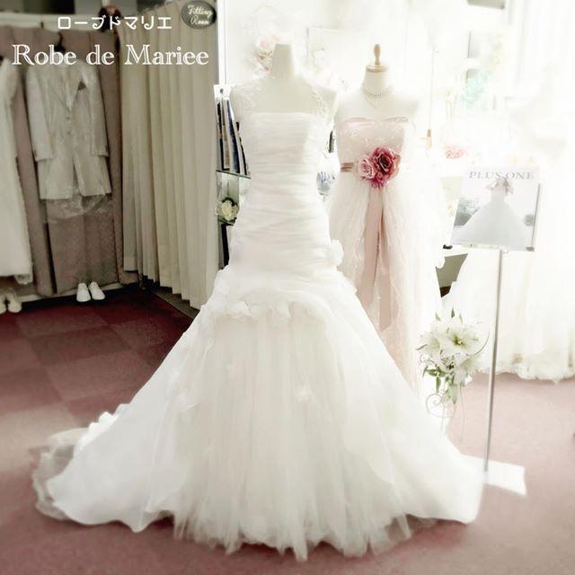 こんにちは! 三重県四日市市のオーダードレスショップ ローブドマリエ http://robedemariee2005.jimdo.com/ です❤️ こちらは、店内展示中のマーメイドドレスの画像です。 トルソーが着用してこんなに綺麗なシェイプですから、花嫁様がご着用されれば、さらに美しいです。ちょっとした動きや角度が美しい マーメイドドレス です❤️ 流行の #背中見せ タイプの #マーメイドドレス ではなく、ベーシックな #ビスチェドレス です。ビスチェの胸元は、ハート型に変更したり、袖つきや、ホルターネックにしたり…とオリジナルのオーダーが可能です。もちろん、#サッシュベルト でウエストマークも素敵です。 #マーメイドドレス #取り外しトレーン #後付けトレーン #レトロ #結婚式 #プレ花嫁 #卒花 #卒花嫁 #背中見せドレス #ロングベール #ベールオーダー #アイボリードレス #エンパイアドレス #花嫁 #veil #レストランウェディング #オーダードレスショップ ローブドマリエでは、理想のフルオーダードレス製作は勿論、セミオーダードレス& #...