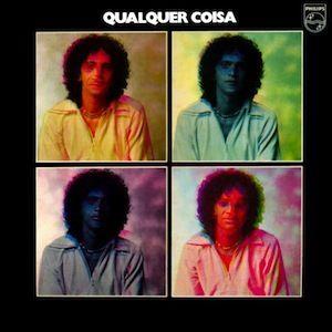 Qualquer Coisa (1975), un de mes albums préférés de Caetano Veloso. Le génial compositeur - interprète n'est plus dans la déprime (Caetano Veloso) ou dans l'expérimentation déroutante (Araçá Azul). Avec une base musicale