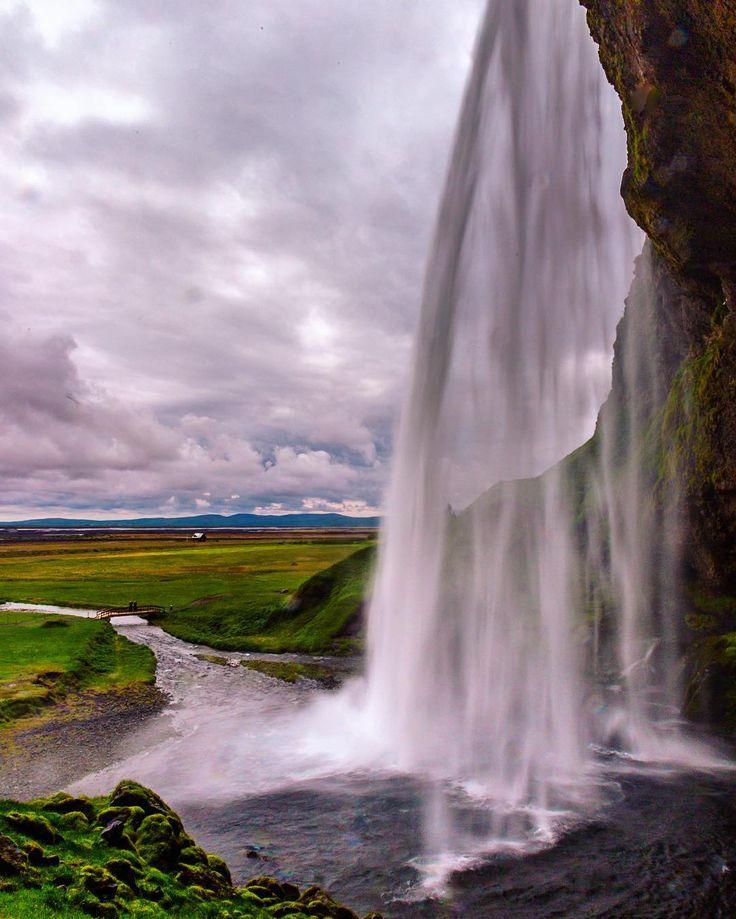 Nunca botei foto dessa cachoeira acho que é pq 99% delas a agua acabou molhando a lente toda. Ela é uma das mais famosas da Islândia se chama Seljalandfoss e se pronuncia de alguma forma que eu não sei  O legal dela é que dá para passar atrás da queda d'água o chato é a água gelada voando na câmera   Canon 6d \ Lens: Canon 24-105mm f4L \ Shutter: 1/6s \ Aperture: f22 \ ISO: 100 \ Filter: sem filtro  Fotos disponíveis para compra.  Acesse: www.piresss.com by piresss