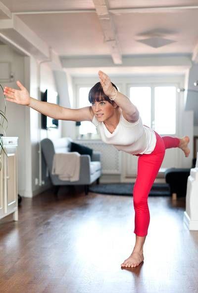 Krigaren Gört: Ta ett kliv fram med vänster fot, sträck högerbenet bakåt och fäll försiktigt överkroppen framåt och nedåt med rak rygg. Ha vänster ben lätt böjt och lägg tyngden på hela foten. Sträck armarna framåt i linje med axlarna. Stanna här i ett par andetag. Återgå sakta till start och upprepa på andra benet. Gör 10–15 repetitioner. Här ska det ta: Lår, vader, säte och bål. Tips! Håll balansen lättare genom att fokusera blicken på en punkt framför dig.
