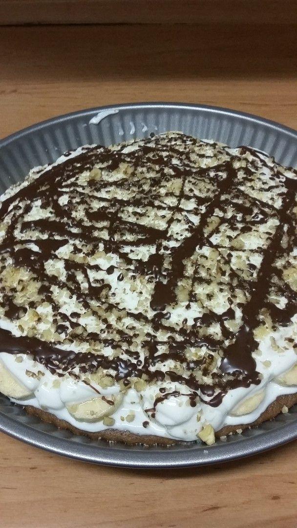 Vše smícháme, nakonec přidáme sníh z bílků. Nalijeme do kulaté koláčové formy (průměr 37 cm) a pečeme 10 minut na 180 stupňů.Vychladlé potřeme...