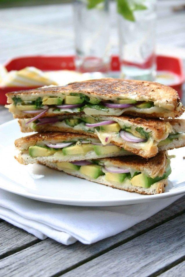 Grilled cheese sandwich met avocado