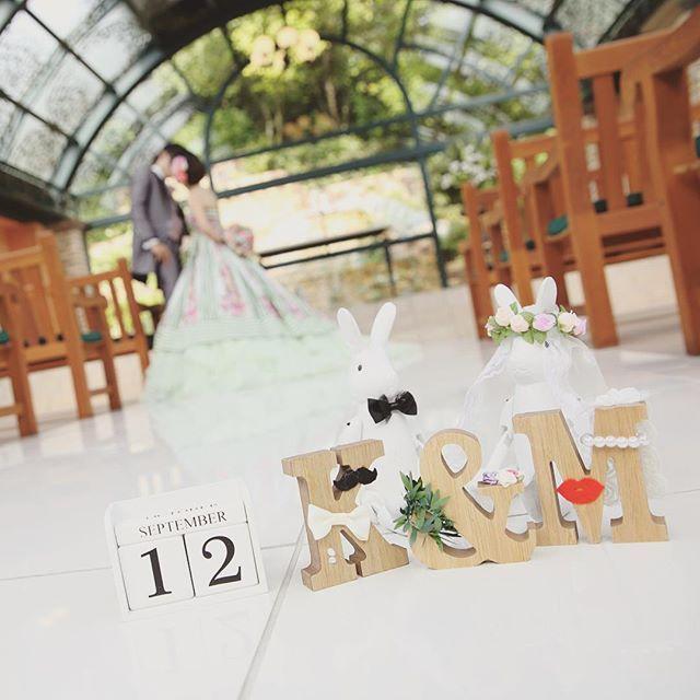 """@myk_0912wedding's photo: """"カメラマンさんのセンスが光る1枚。ウェルカムグッズたちとたくさん写真撮ってくれて嬉しかった(⑅˃◡˂⑅) #前撮り #チャペル #カラードレス #kiss #ガーデンウェディング #ナチュラルウェディング #結婚式 #wedding #プレ花嫁 #プレ花嫁卒業 #ウェディングフォト #weddingphoto #ウェルカムグッズ #ウェルカムドール #イニシャル #うさぎ #rabbit"""""""