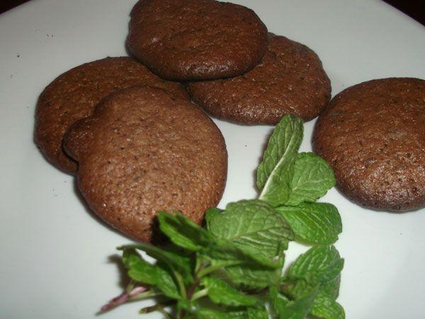 Bolachas Choco Mint | Aqui Há Gata - Uma combinação infalível, o amargo do chocolate preto e a frescura da menta. As Bolachas Choco Mint são uma boa opção para os dias frios como para os mais quentes. Acompanhe-as com um chá quente ou com um sumo de fruta fresco.